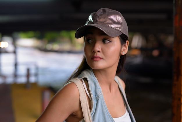 Junge schöne asiatische touristenfrau, die die stadt erkundet