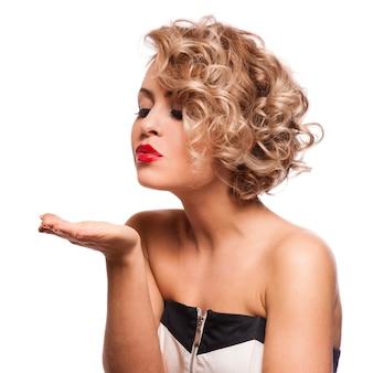 Junge schöne blonde frau, die zu ihrem valentinsgruß geküsst wird