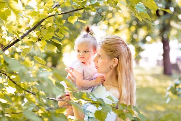 Junge schöne blonde mutter mit ihrem baby
