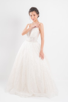 Junge schöne braut, die ein weißes hochzeitskleid trägt.