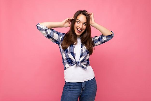 Junge schöne brunetfrau. trendige dame im lässigen sommer-hipster-hemd