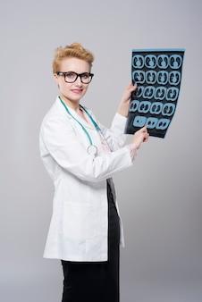 Junge schöne doktor röntgenstrahlen isoalted