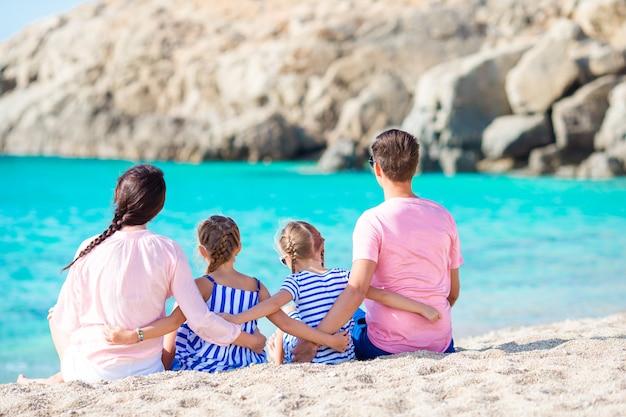Junge schöne familie im strandurlaub