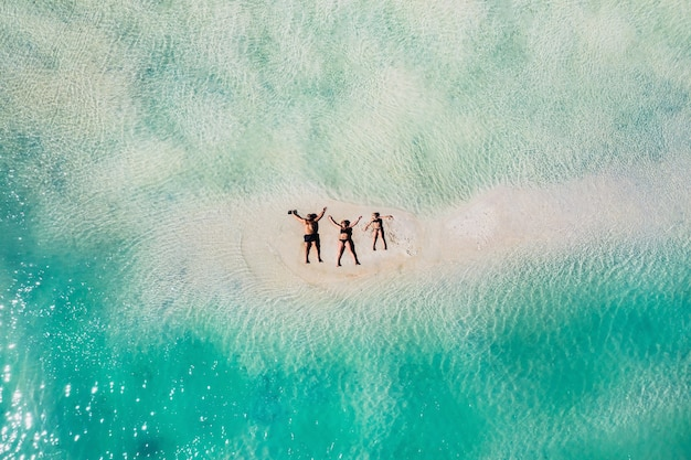 Junge schöne familie mit einem kind auf einem tropischen urlaub. mauritius-insel.