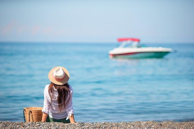 Junge schöne frau am strand sonnenanbeter.