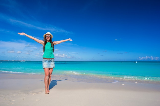 Junge schöne frau am strand während ihrer sommerferien