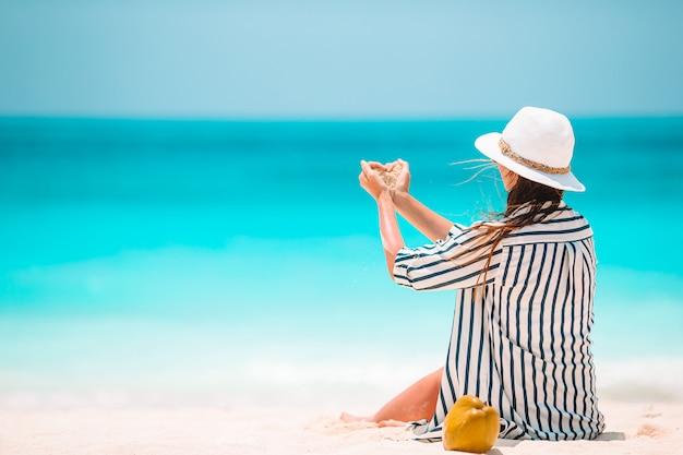 Junge schöne frau am tropischen strandurlaub