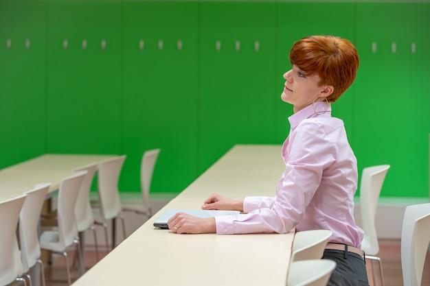 Junge schöne frau auf einer universitätsvorlesung, die an einem laptop arbeitet
