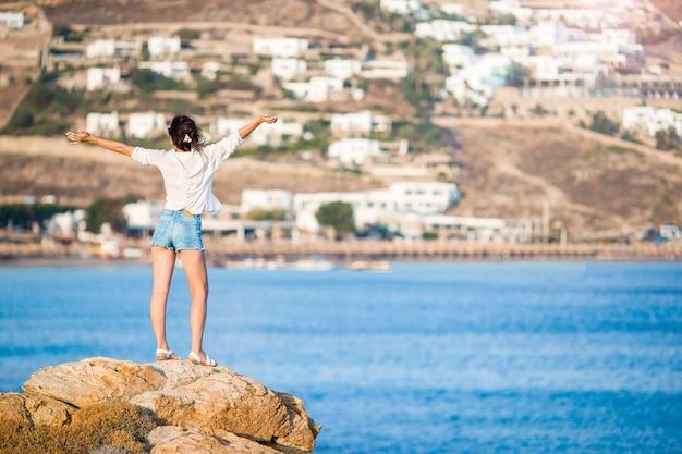 Junge schöne frau, die am tropischen strand des weißen sandes sich entspannt