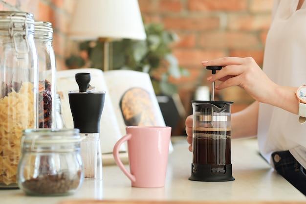 Junge schöne frau, die kaffee trinkt
