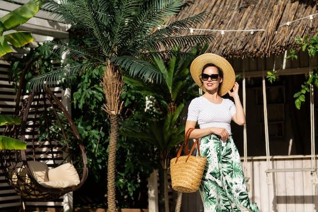 Junge schöne frau draußen im balinesischen resort
