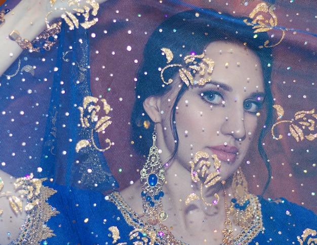 Junge schöne frau im blauen indischen sari-kleid