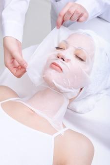 Junge schöne frau im schönheitskosmetiksalon - drinnen