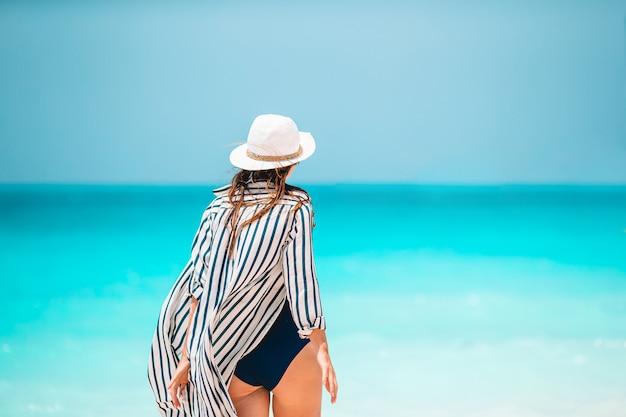 Junge schöne frau im strandurlaub auf karibik