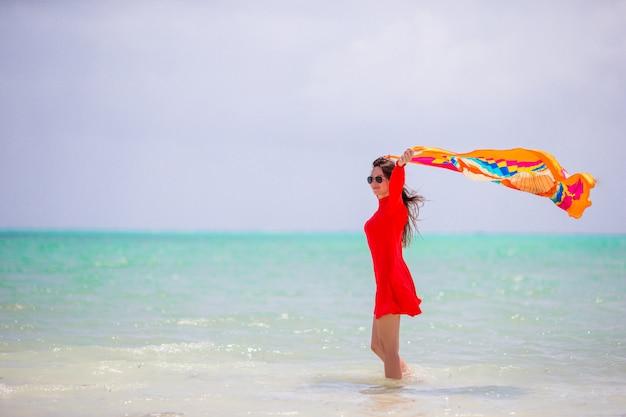 Junge schöne frau im strandurlaub