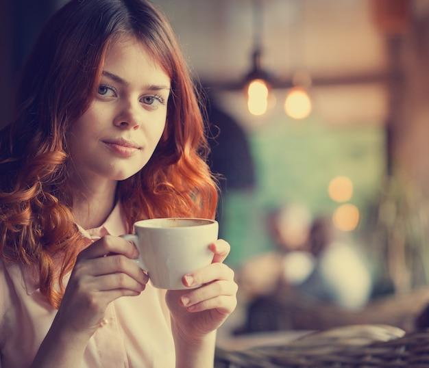 Junge schöne frau in einem café