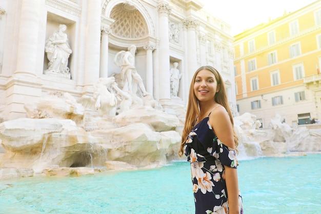 Junge schöne frau in rom mit trevi-brunnen