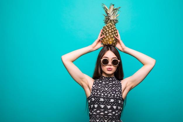Junge schöne frau mit cocktail in ananas
