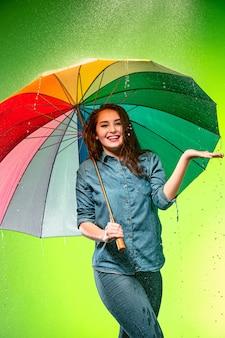 Junge schöne frau mit einem regenschirm.