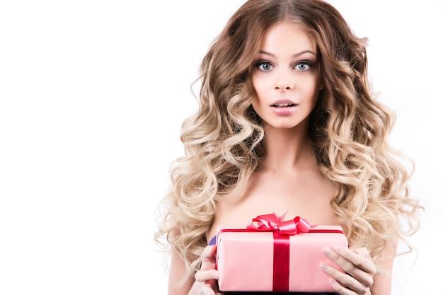 Junge schöne frau mit geschenken. konzept der geschenke für den feiertagsverkauf. schönheit und mode.