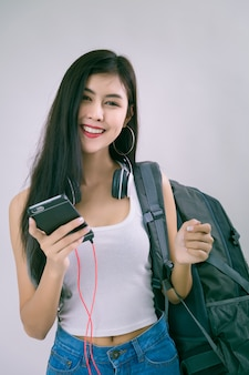 Junge schöne frau mit smartphone