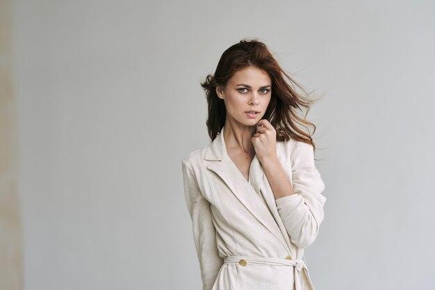 Junge schöne frau modell posiert in mode kleidung mit stilvollen accessoires