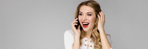 Junge schöne frau ruft per telefon