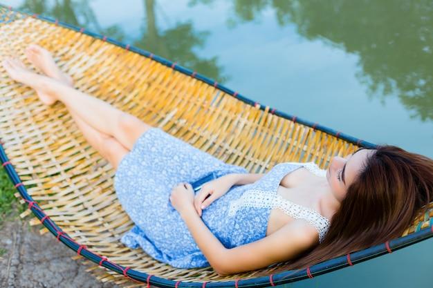 Junge schöne frau schläfrig in der hängematte