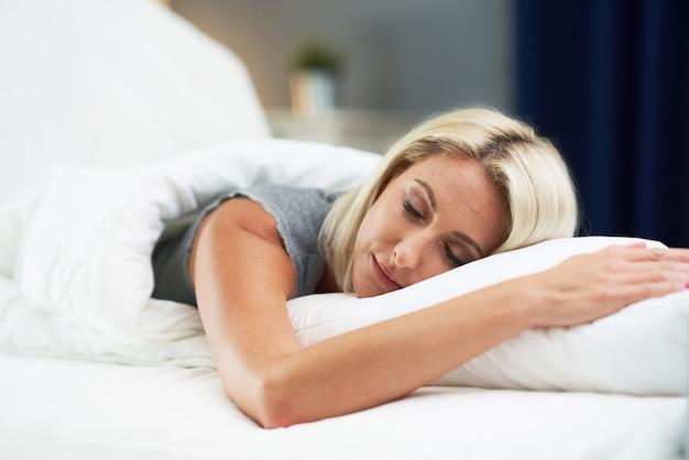 Junge schöne frau schläft morgens