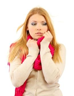 Junge schöne frau trägt winterkleidung bei kaltem wind, isoliert auf weißer oberfläche
