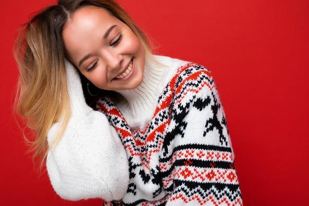 Junge schöne frau trendige frau in lässiger winterpullover positive frau zeigt gesichtsgefühle