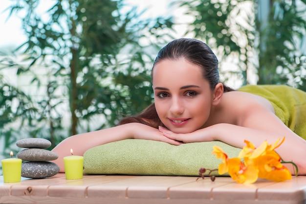 Junge schöne frau während des badekurortverfahrens