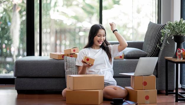 Junge schöne frauen glücklich nach neuer bestellung vom kunden.