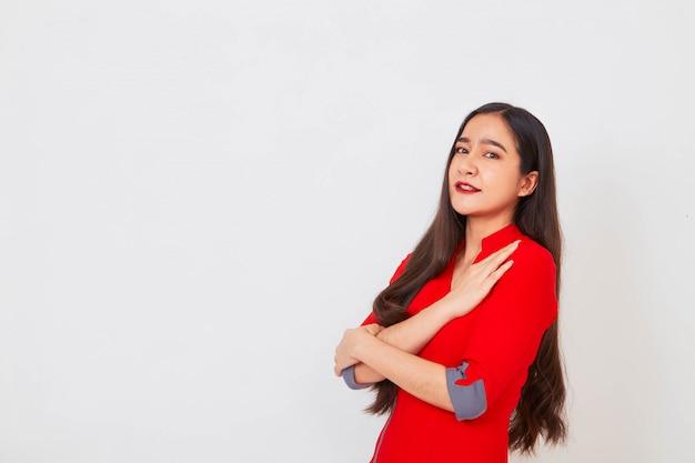 Junge schöne geschäftsasiatin im roten kleid