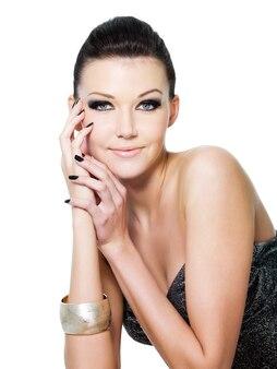 Junge schöne glamourfrau mit attraktivem augenmake-up