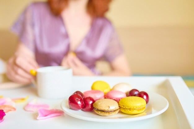 Junge schöne kaukasische frau genießt ihr morgenfrühstück des schwarzen kaffees