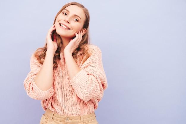 Junge schöne lächelnde frau in trendiger sommerkleidung