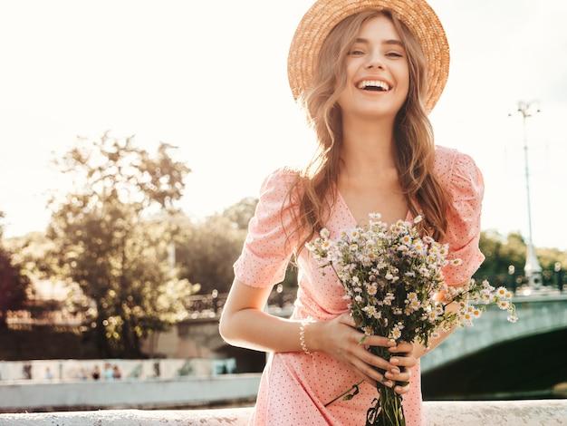 Junge schöne lächelnde hippie-frau im trendigen sommerkleid