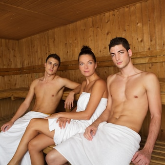 Junge schöne leutegruppe der saunabadekurortherapie