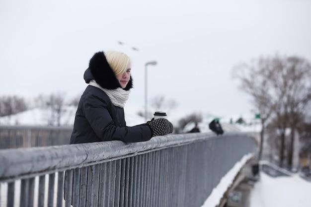 Junge schöne mädchen auf einem spaziergang im winterpark
