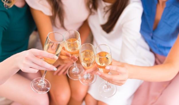 Junge schöne mädchen, die champagner trinken.