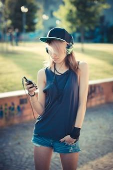 Junge schöne model frau musik hören