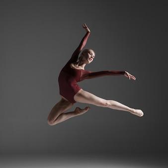 Junge schöne moderne art tänzer springen