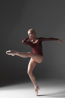 Junge schöne moderne art tänzerin posiert