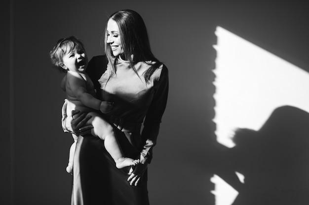 Junge schöne mutter mit ihrem kleinen kind, das stillen übt