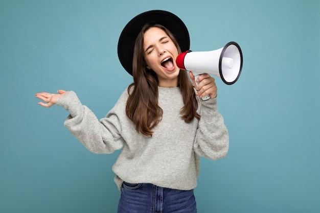 Junge schöne positive emotionale brünette frau mit aufrichtigen gefühlen
