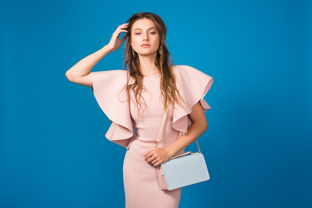 Junge schöne stilvolle frau im rosa kleid