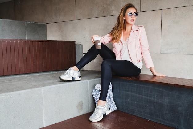 Junge schöne stilvolle hipster-frau in der rosa lederjacke