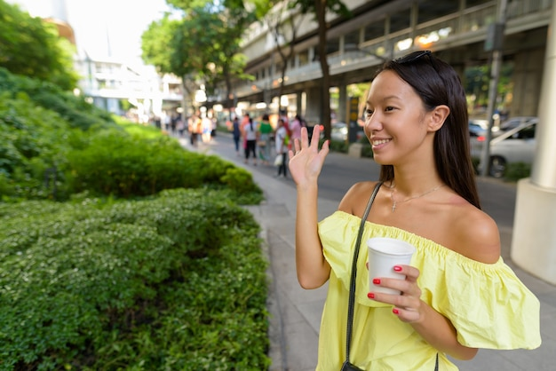 Junge schöne touristenfrau, die die stadt bangkok erkundet