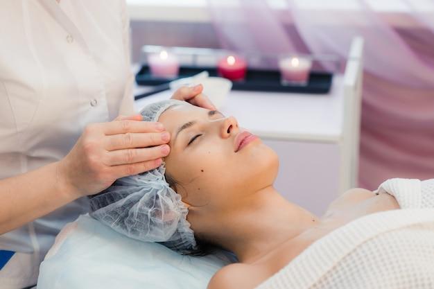 Junge, schöne und gesunde frau im spa-salon. traditionelle orientalische massagetherapie, schönheitsbehandlungen.